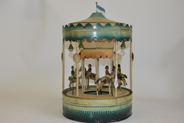 DOLL: Grand Carouselle Rond. Quatre Cheveaux Avec Personnages. Tôle Peinte. Eclats Et Manque. Début XXème. Hauteur: 37 C - Otras Colecciones