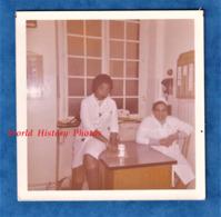 Photo Ancienne Snapshot - à Situer - Clinique ? Hopital ? - Personnel Hospitalier - Femme Infirmiére ? - Medical Santé - Métiers