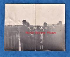 Photo Ancienne Snapshot - LE BOURGET - Famille à L' Aérodrome - Avion En Arriere Plan - Aviation - Aviation