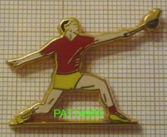 BADMINTON  JOUEUR MAILLOT ROUGE SHORT JAUNE En Version  ARTHUS BERTRAND - Badminton