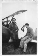 AVIATEURS DEVANT  AVION PHOTO ORIGINALE FORMAT 8.50 X 6 CM - Aviation