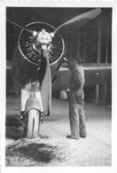 MECANICIEN ET  AVION PHOTO ORIGINALE FORMAT 8.50 X 6 CM - Aviation