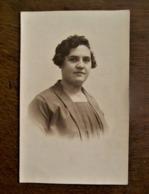Oude FOTO--postkaart Dame Met Kort Haar (in Sepia) Door   G.  WILLEMSEN   AALST - Geïdentificeerde Personen