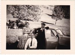 Automobile : Famille En Pose Devant Une ARONDE - Simca ( Format 9,5cm X 7cm ) - Auto's