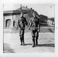 Petite PHOTO  EBERSVILLER  1939/1945  RAD 85  (devant L'EGLISE) - Autres Communes