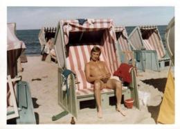 Photo Couleur Originale B.B. Gay & Playboy Sexy Torse Nu, Seul En Cabine De Plage Vers 1960/70 - Anonyme Personen