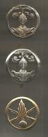 LOT DE 3 INSIGNES DE BERET , Arthus Bertrand Paris , B.V. Ambert, Coinderoux Paris , Frais Fr 3.95 E - Badges & Ribbons