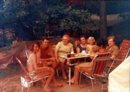 Photo Couleur Originale L'Apéritif Au Camping - Pastis D'un Jour, Pastis Toujours Vers 1970 - 1 Homme Pour 6 Femmes - Anonyme Personen