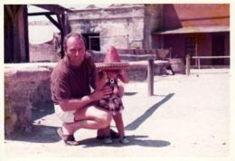 Photo Couleur Originale B.B. El Gringo & Son Papa Jouant Au Cow-Boy Dans Une Hacienda Vers 1970 - Pin-Ups