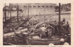 LA TURBALLE SUR MER - Pêcheurs De Sardines Débarquant Le Poisson - La Turballe