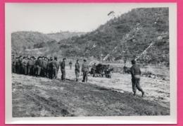 Photo WW2 - Armée Belge Corée - Militaire - Nombreux Sont Les Curieux Venus Assister à L'arrivée De L'Hélicoptère - Guerre, Militaire