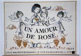 """CPSM - PEYNET """"Un Amour De Rosé"""" étiquette De Vin - Cave Maurice Bonnamy St-Cyr-en-Bourg      /i19 - Peynet"""