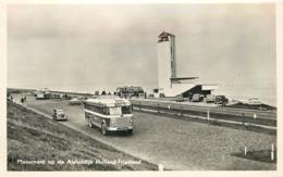 MONUMENT OP DE AFSLUITDIJK - Holland Friesland, Un Autocar Années 50. - Buses & Coaches
