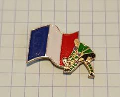 ☺♦♦ Pin's Pins / THEME SPORT ֎ Rare Et De Belle Qualité ֎ RUGBY - JOUEUR Ballon - DRAPEAU FRANCAIS - Rugby