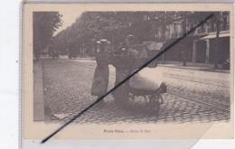 Paris Vécu (75) Dans La Rue (à Situer) Femme Et Jeune Fille Avec Une Brouette Chargée De Paniers - Frankreich