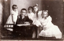 Grand Tirage Photo Studio Albuminé Original Cartonné - Un Grand Frère Faisant La Lecture Aux 4 Petits En 1908 - Hoffman - Personnes Anonymes