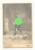 Photo Sur Carton (grand Modèle ) D'un Enfant Sur Un Tricycle , Vélo, Jeu,... LIEGE 1913 (b266) - Ciclismo