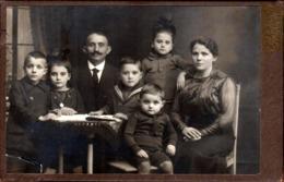 Grand Tirage CDV - Photo Albuminé Original Cartonné Portrait De Famille En Studio à Düsseldorf Vers 1900 - Photographs