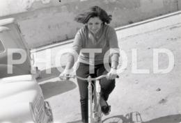 1972 FEMME BYCICLE VELO BICICLETA PORTUGAL AMATEUR 35mm ORIGINAL NEGATIVE Not PHOTO No FOTO - Photography