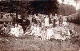 Carte Photo Originale Scolaire, écoliers En Sortie Classe Verte Vers 1920/30 - Personnes Anonymes