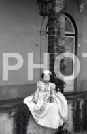 1961 JEUNE FEMME ENFANT CHILD  PORTUGAL AMATEUR 35mm ORIGINAL NEGATIVE Not PHOTO No FOTO - Photography