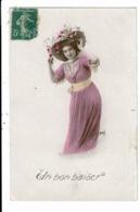 CPA-Carte Postale-FRANCE-Un Bon Baiser Avec Une Femme Et Son Chapeau Fleuri VM7997 - Fêtes - Voeux