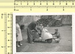 REAL PHOTO Woman, Man & Kids Trying Moped, Scooter, Femme, Homme, Enfants, Essayer, Cyclomoteur ORIGINAL SNAPSHOT - Automobili