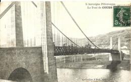 CPA 63 COUDES Le Pont Suspendu , Auvergne Pittoresque , Animée - Otros Municipios