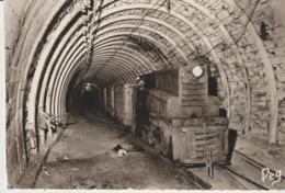 C. P. - PHOTO - LA MINE EN ACTIVITÉ - GRAND ROULAGE - LOCOMOTIVE DIESEL ATTELÉE - A UNE RAME DE BERLINES DE 3000 LITRES - Mineral