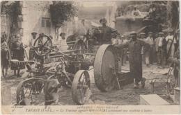 CPA  37 TAVANT  LE TRACTEUR AGRICOLE UNIVERSAL ACTIONNANT UNE MACHINE A BATTRE - France