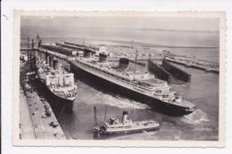CP Le Grand Paquebot Normandie Sortant De La Cale Sèche  ( Le Havre) - Dampfer