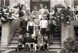 Carte Photo Originale Scolaire - Groupe D'écoliers Sur Les Marches & Leurs 3 Maîtresses En 1936 - Légende Dos - Personnes Anonymes