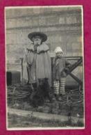 14/ CALVADOS...Carte Postale Photo De LISIEUX. HOMME Et ENFANT En NORMAND, CARNAVAL..Photographe A. GOUPIL à LISIEUX - Lisieux