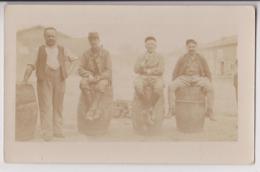 CARTE PHOTO : 4 TONNELIERS - RENE GAILLARD D'AMIENS & 3 AMIS - BARRIQUES - FUTS ET PLANCHES EN BOIS AU SOL -z 2 SCANS Z- - Kunsthandwerk