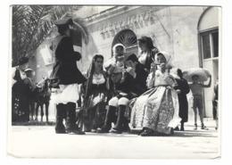 1118 - FOTO DI GRUPPO IN COSTUME TIPICO SARDO NEGOZIO ELETTRICITA' 1950 CIRCA SARDEGNA - Autres Villes