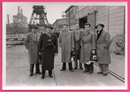 Photo WW2 - Groupe 6 Photographes ( Reporters, Journalistes ) Avec Appareils Photos Et Flash Au Port De Holland - Professions