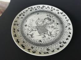 Grand Plat Décoratif En Porcelaine Allemande, Faïence Nymolle Denmark / Bjorn Winblad, The Seasons, Enfants Sur Patin - Ceramica & Terraglie