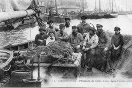 Cherbourg -    Pêcheurs  De    St - Vaast.  Dans  L' Avant  Port. - Granville