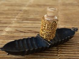 Très Joli Pendentif Ancien En Métal Gravé Biarritz, Garni à L'intérieur D'un Petit Flacon à Poudre Ou à Parfum - Oude Miniaturen (tot 1960)