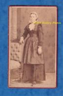 Photo Ancienne CDV Vers 1875 - QUIMPER Finistère - Portrait Femme Avec Coiffe & Robe Traditionnelle - Bretagne Folklore - Anciennes (Av. 1900)