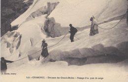 74 CHAMONIX MONT BLANC DESCENTE DES GRANDS MULETS PASSAGE D UN PONT DE NEIGE Editeur GARDET 858 - Chamonix-Mont-Blanc