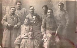 Groupe De Militaires Posant Avec Leurs Médailles - A Identifier - Marins ? - Carte Photo . - War 1914-18