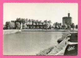 CPSM FRANCE 30  ~  AIGUES-MORTES  ~  9854  La Tour De Constance Et Le Bassin  ( Estel Dentelée 50/60 ) - Aigues-Mortes