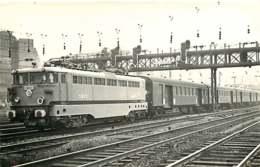 241019 - PHOTO D BREHERET Chemin De Fer Gare Train - Années 1950 Locomotive BB-16503 SNCF - Bahnhöfe Mit Zügen