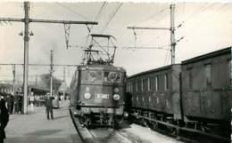 241019 - PHOTO D BREHERET Chemin De Fer Gare Train - Années 1950 - 21 DIJON La Gare Loco BB-8167 Chef De Gare - Dijon