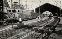 241019 - PHOTO SCHNABEL Chemin De Fer Gare Train - Année 1954 - 69 LYON PERRACHE La Gare Loco BB-9004 - Lyon