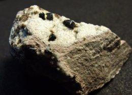 Osumilite With Tridymite On Matrix ( 2.7 X 1.6 X 1 Cm ) - Funtanafigu Quarry -  Mt. Arci -  Sardinia - Italy - Mineralen