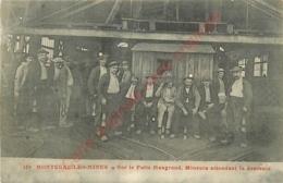71.  MONTCEAU LES MINES .  Sur Le Puits Maugrand . Mineurs Attendant La Descente . - Montceau Les Mines