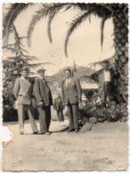 HYERES (Var) Photo - Personnages Sous Palmier  ...(117518) - Lieux