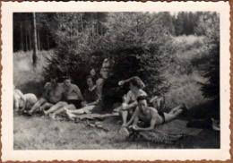 Photo Originale Groupe De Romantiques & Jolies Pin-Up Sexy & Leurs Amoureux En Forêt Vers  1940/50 - Pin-Ups